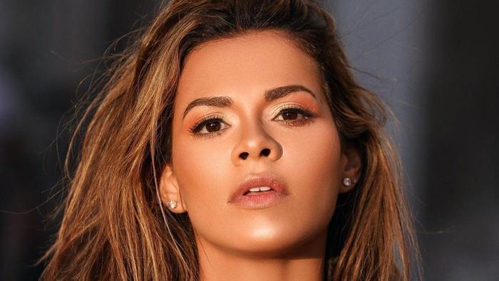 Model Playboy, Luana Sandien, berfoto dengan mengenakan jersey merah-biru khas Barcelona.