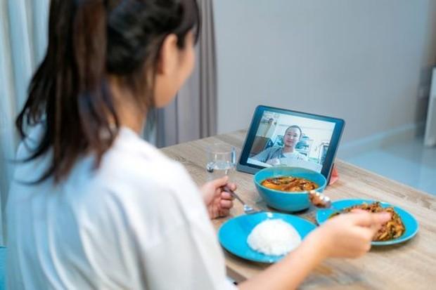 Agar suasana makan bersama  pasangan kamu lebih romantis kamu bisa memutarkan lagu bergenre romantis, saling menatap, dan mengobrol.
