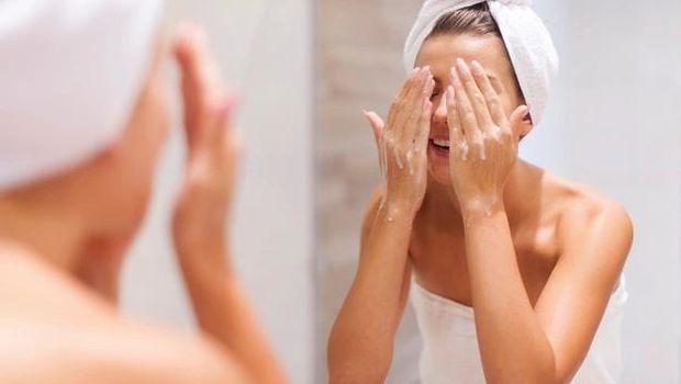 Mencuci wajah dengan pembersih yang tepat/ Foto: Freepik.com