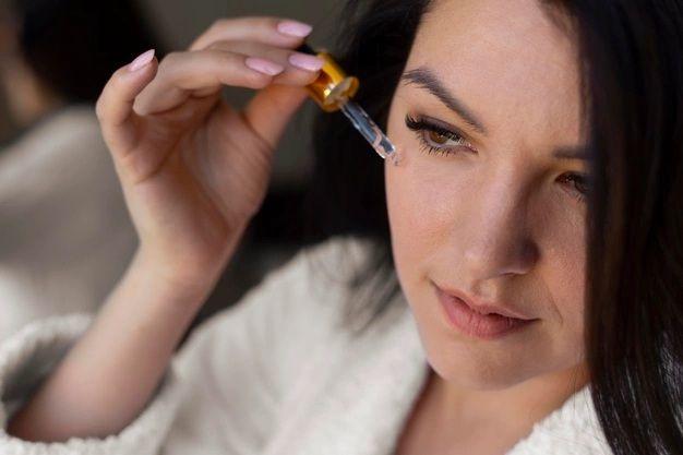 Menggunakan serum retinol untuk usia 40-an/ Foto: Freepik.com