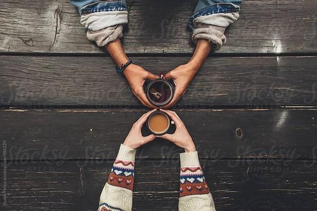 Kencan pertama di kedai kopi memang sangat asyik dan romantis.