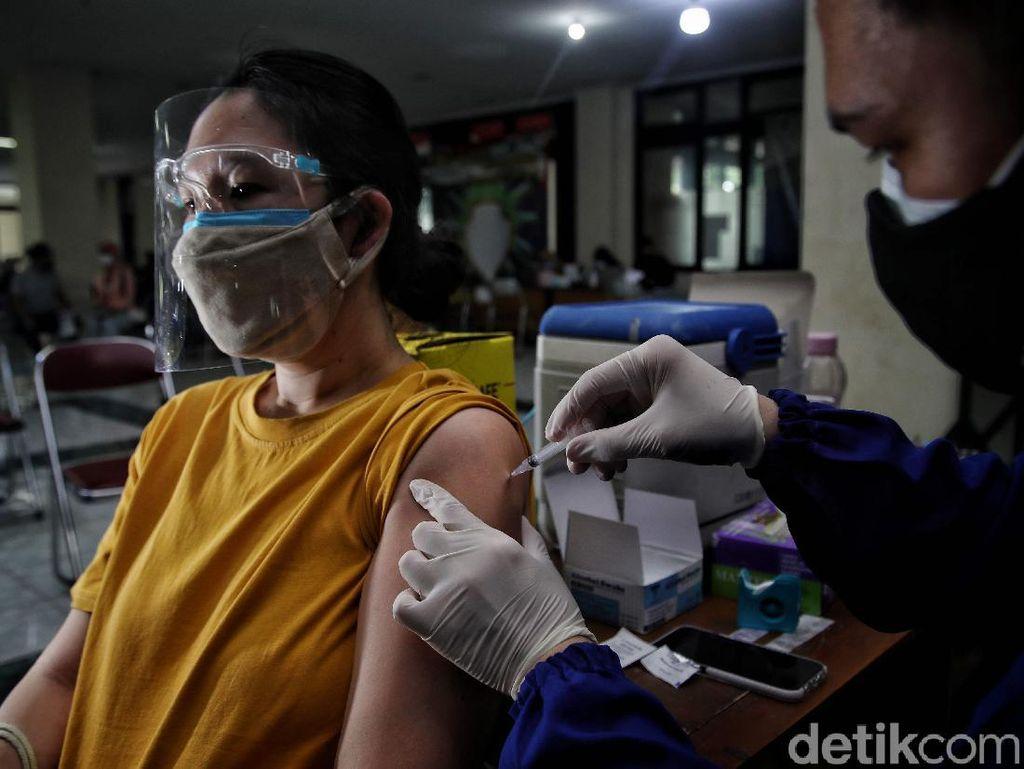Luhut: Syarat Turun Level PPKM di Jawa-Bali, Cakupan Vaksinasi Tinggi