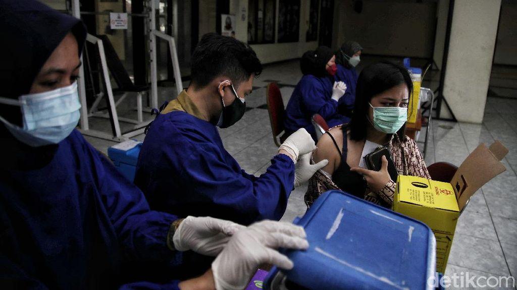 Perdana! Warga Jakarta Disuntik Vaksin COVID-19 Pfizer