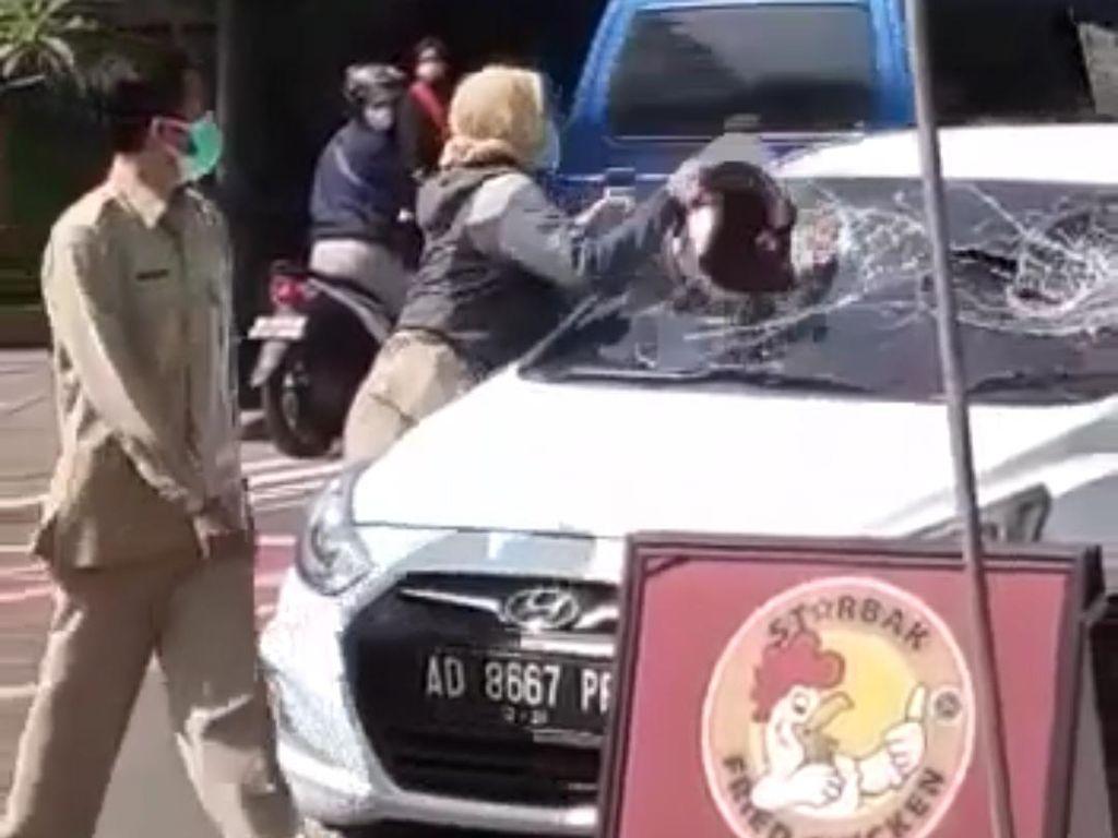 Viral Perempuan Diduga ASN Ngawi Ngamuk Hancurkan Kaca Mobil di Tengah Jalan
