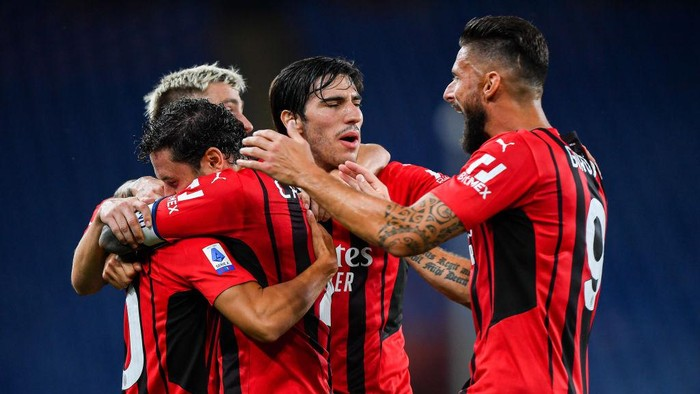 GENOA, ITALY - AUGUST 23: Brahim Diaz of Milan (L) celebrates with his team-mates Davide Calabria, Alexis Saelemaekers, Sandro Tonali and Olivier Giroud after scoring a goal during the Serie A match between UC Sampdoria and Ac Milan at Stadio Luigi Ferraris on August 23, 2021 in Genoa, Italy. (Photo by Getty Images)