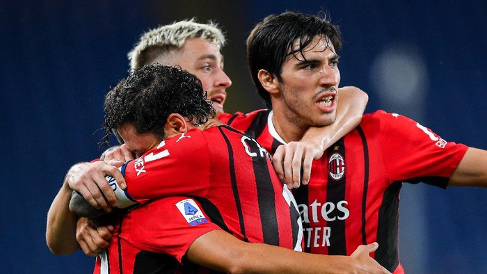 GENOA, ITALY - AUGUST 23: Brahim Diaz of Milan (L) celebrates with his team-mates Davide Calabria, Alexis Saelemaekers and Sandro Tonali after scoring a goal during the Serie A match between UC Sampdoria and Ac Milan at Stadio Luigi Ferraris on August 23, 2021 in Genoa, Italy. (Photo by Getty Images)