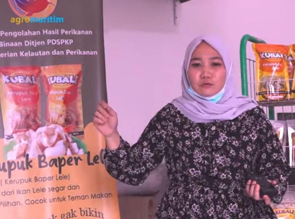 Diledek Sarjana Tukang Kerupuk, Wanita Ini Sukses Bisnis Kerupuk Lele