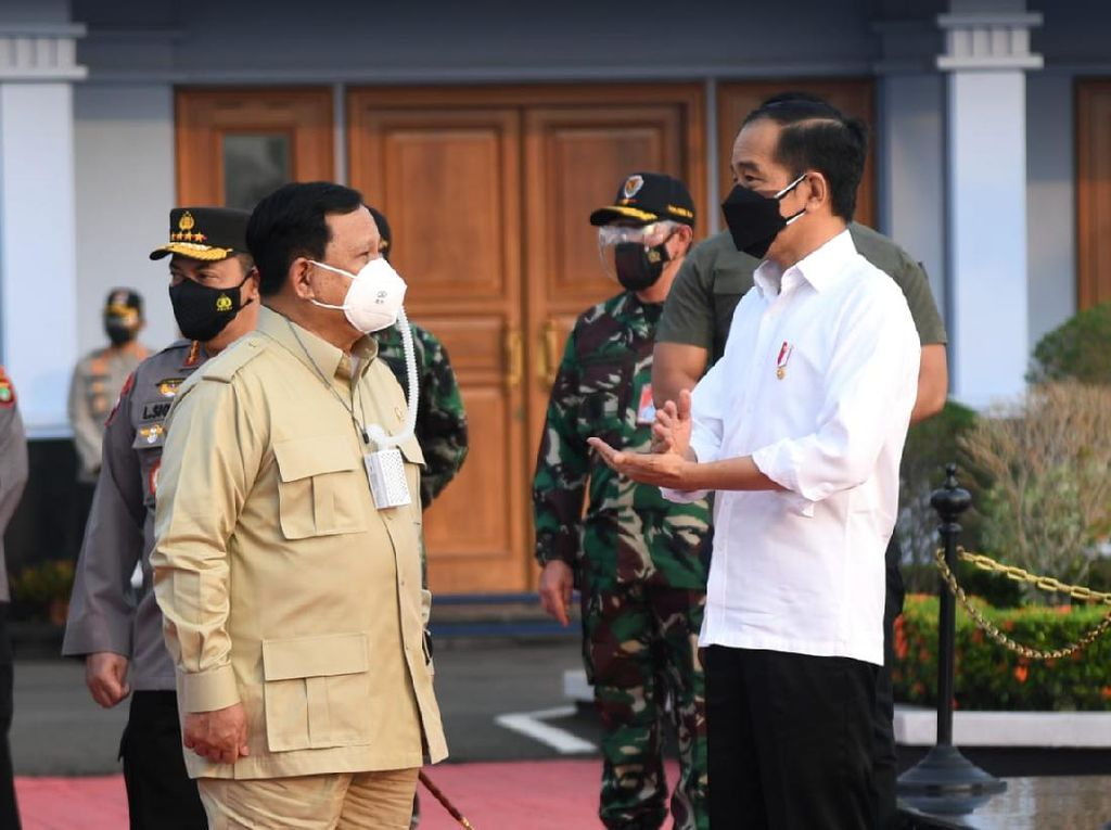 Ditemani Prabowo, Jokowi Tinjau Vaksinasi-Resmikan Tol di Kaltim