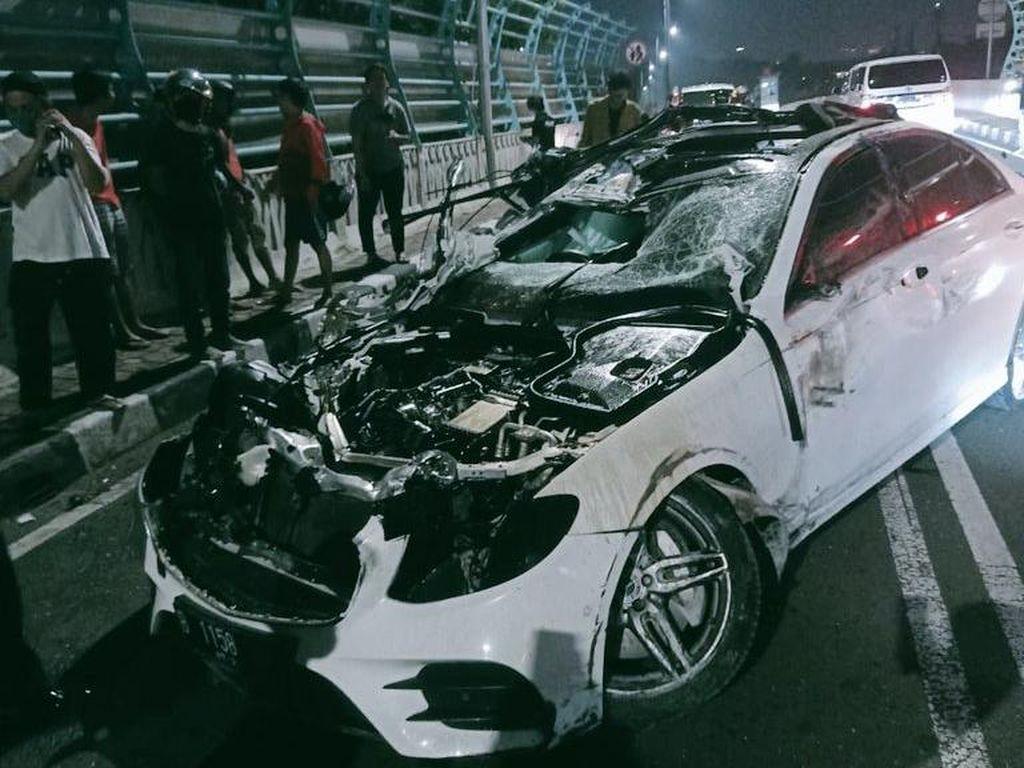 Penampakan Mobil Mercy Ringsek Parah Usai Hantam Pembatas Jalan