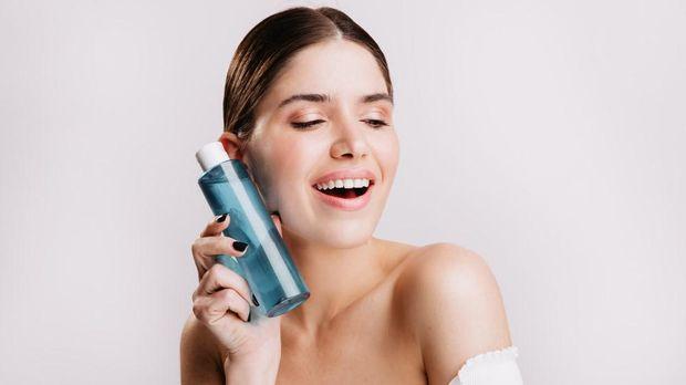 Kulit lembap dengan hydrating toner/foto: freepik.com/lookstudio