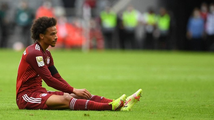 Bayern Munichs German midfielder Leroy Sane sits on the pitch during the German first division Bundesliga football match FC Bayern Munich v FC Cologne in Munich, southern Germany, on August 22, 2021. (Photo by Christof STACHE / AFP) / DFL REGULATIONS PROHIBIT ANY USE OF PHOTOGRAPHS AS IMAGE SEQUENCES AND/OR QUASI-VIDEO