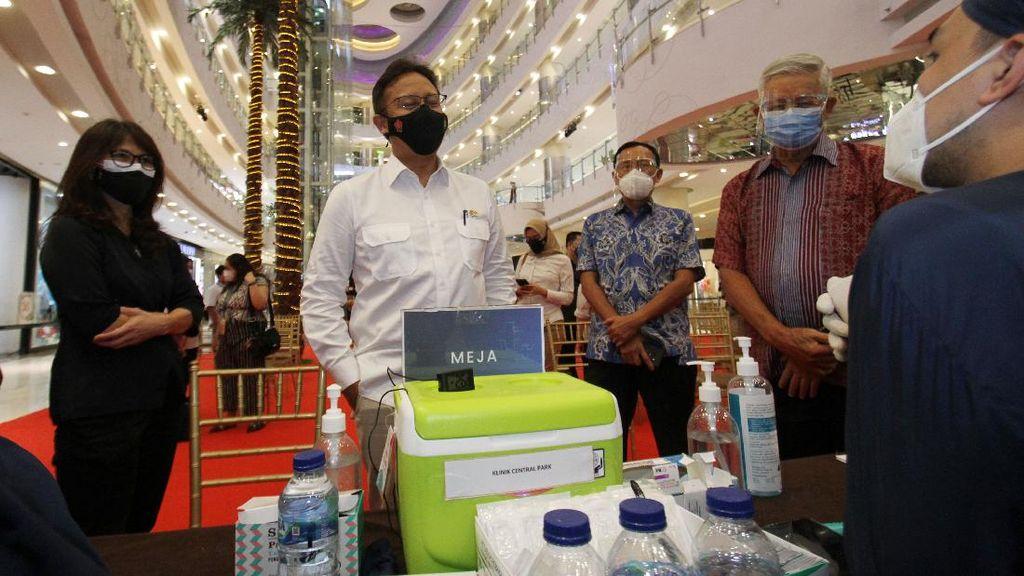 Momen Menkes Tinjau Vaksinasi di Pusat Perbelanjaan