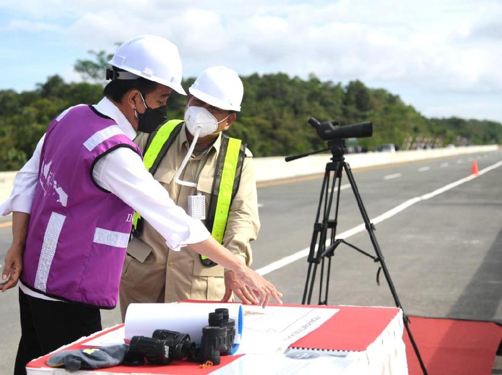 Ditemani Prabowo, Jokowi Tinjau Sodetan Akses Jalan Ibu Kota Baru di Kaltim