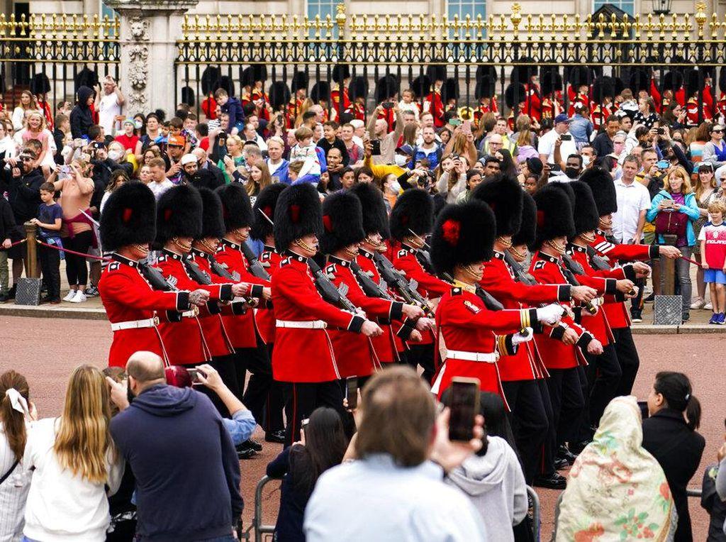 Lama Disetop, Pasukan Elite Penjaga Istana Buckingham Tret Tet Tet Lagi