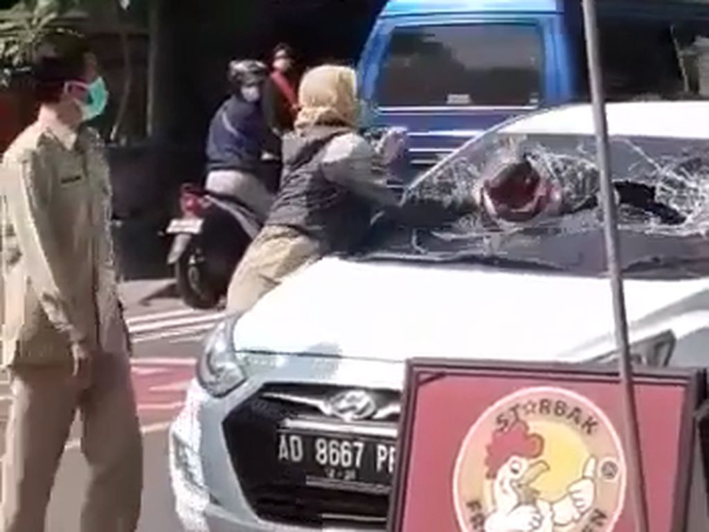 ASN Perempuan Ngawi Viral Ngamuk, Mobil Siapa yang Dipecahkan Kacanya?
