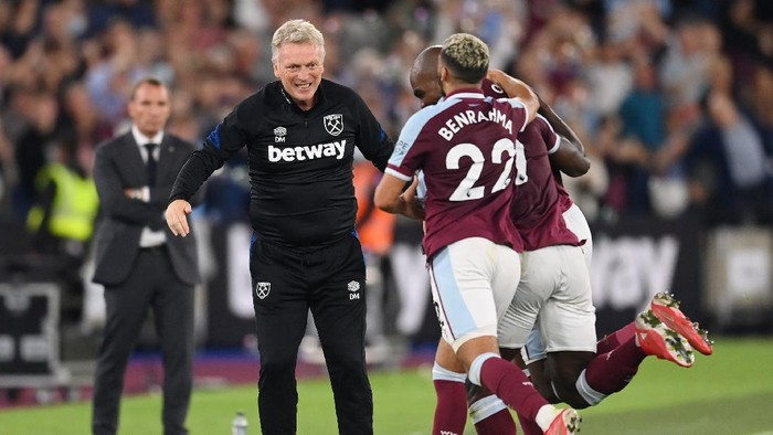 LONDON, ENGLAND - AUGUST 23: Michail Antonio of West Ham United  celebrates with David Moyes, Manager of West Ham United  after scoring their teams third goal  during the Premier League match between West Ham United and Leicester City at The London Stadium on August 23, 2021 in London, England. (Photo by Michael Regan/Getty Images)