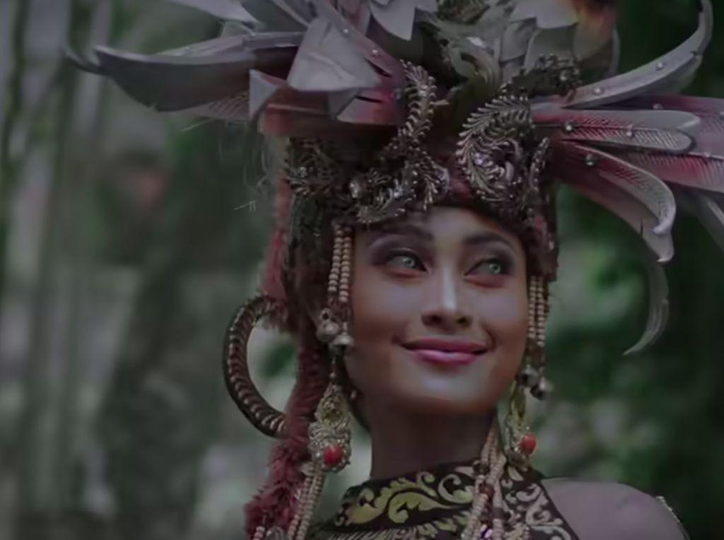 Foto: Novia Bachmid dalam Aneka Balutan Baju Daerah Indonesia