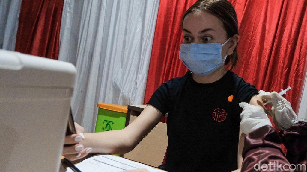 Antusias Warga Jakarta Ikut Vaksinasi Pfizer