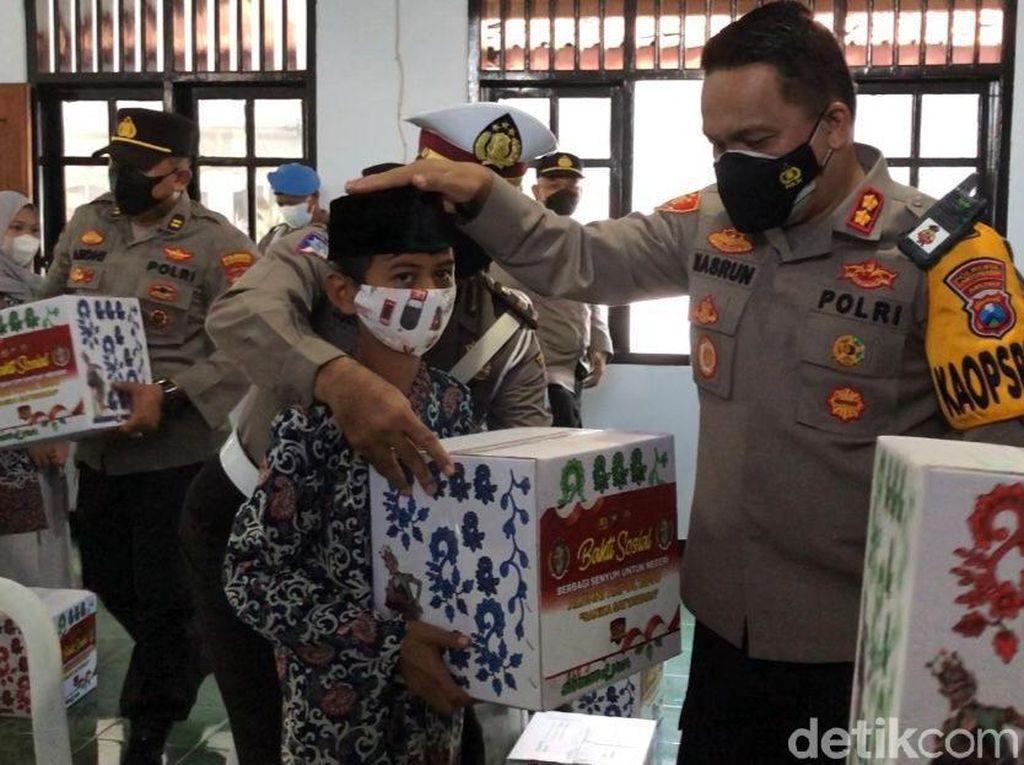 Senangnya Anak Yatim di Banyuwangi Dapat Bingkisan dari Polisi
