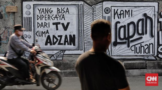 Mural kritik sosial dan politik mewarnai sejumlah titik di Jakarta, Rabu, 25 Agustus 2021. Mural tersebut merupakan wujud ekspresi dari sejumlah seniman serta sebagai media penyampaian kritik sosial dan politik kepada pemerintah di tengah pandemi. (CNN Indonesia/ Adhi Wicaksono)