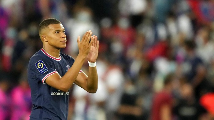 PSGs Kylian Mbappe applauds at the end of the French League One soccer match between Paris Saint Germain and Strasbourg, at the Parc des Princes stadium in Paris, Saturday, Aug. 14, 2021. (AP Photo/Francois Mori)