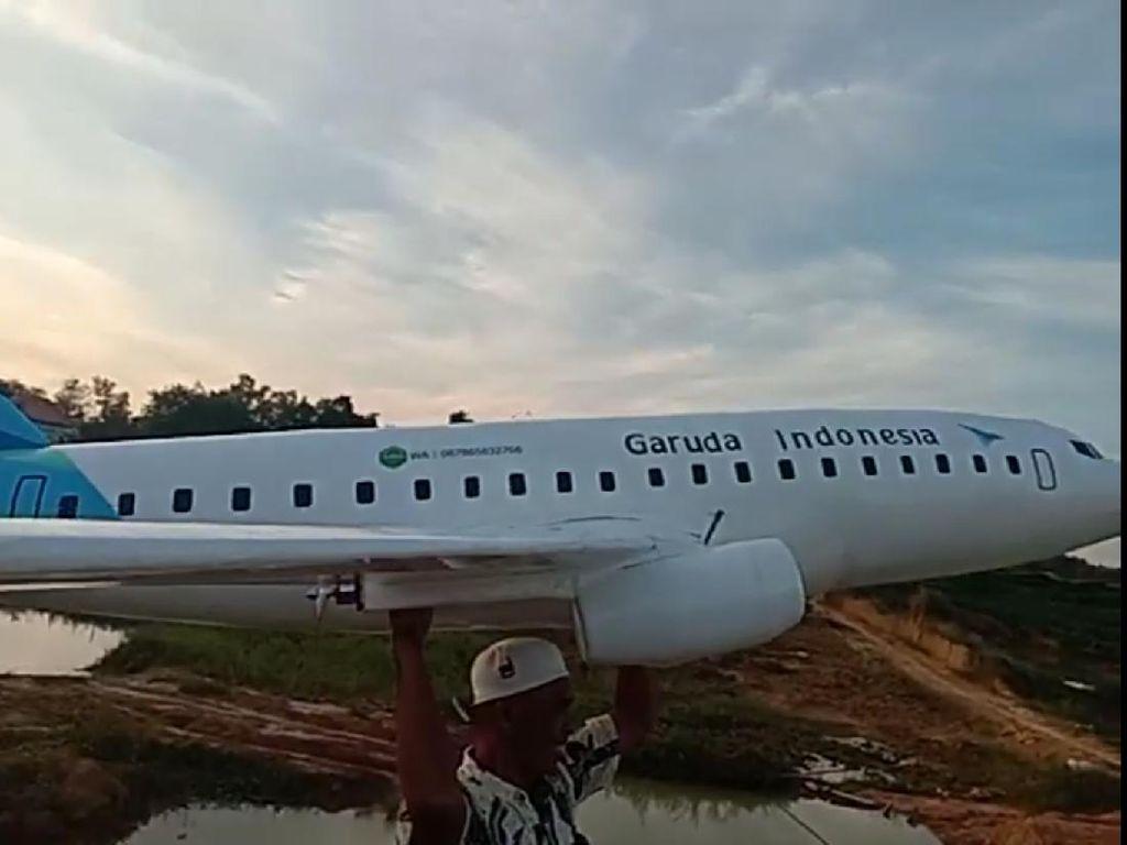 Begini Cara Santri di Madura Bikin Miniatur Pesawat Garuda Indonesia