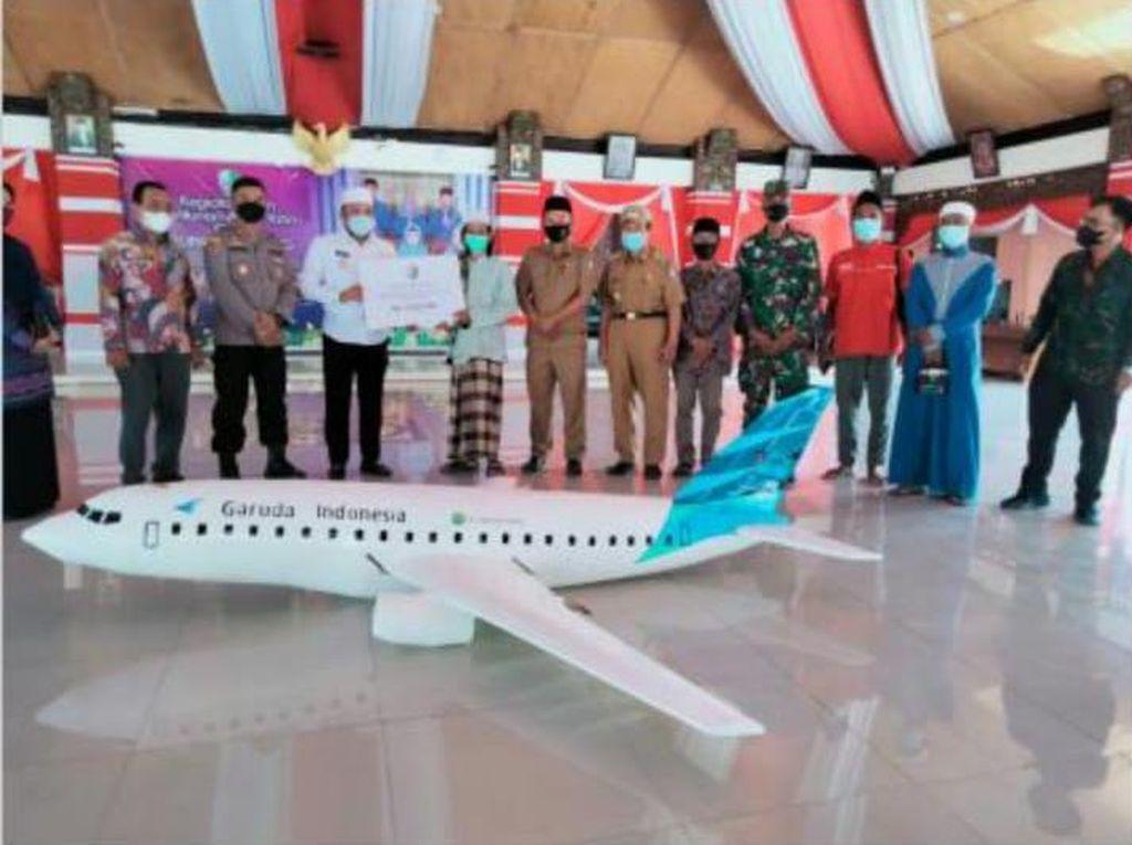 Cerita Santri Madura di Balik Miniatur Pesawat Garuda Indonesia yang Viral