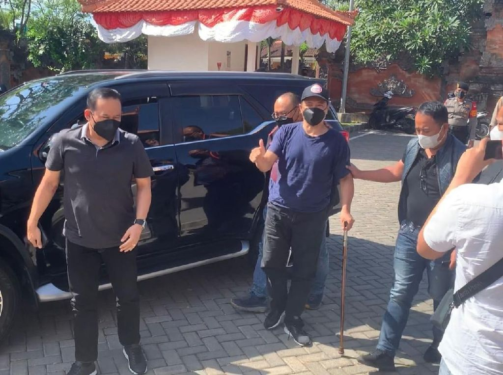 Penampakan Muhammad Kece Saat Ditangkap di Bali: Pakai Topi-Bertongkat
