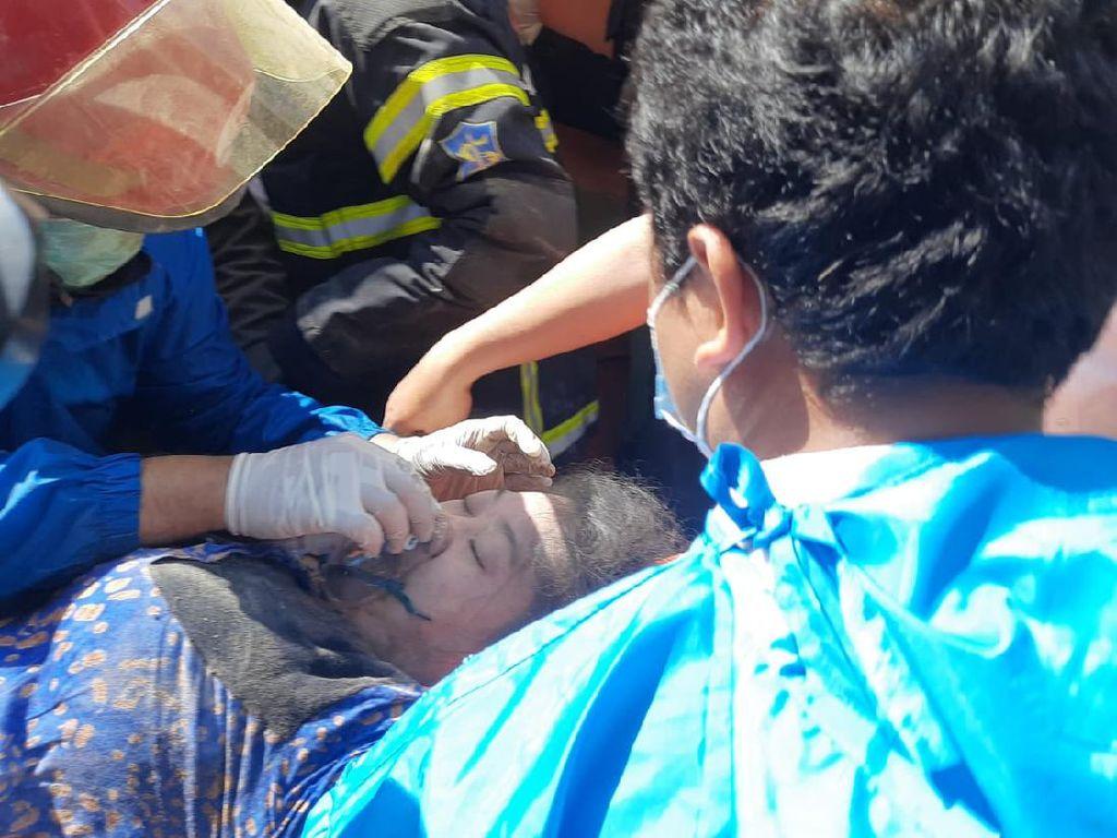 Satu Korban Rumah Ambruk di Surabaya Meninggal