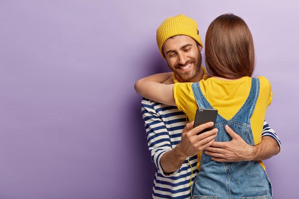 Selingkuh ditandai dengan sering memeriksa ponsel