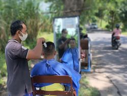 Pangkas Rambut Pinggir Sawah di Kediri, Cukup Rp 7 Ribu Hasil Maksimal