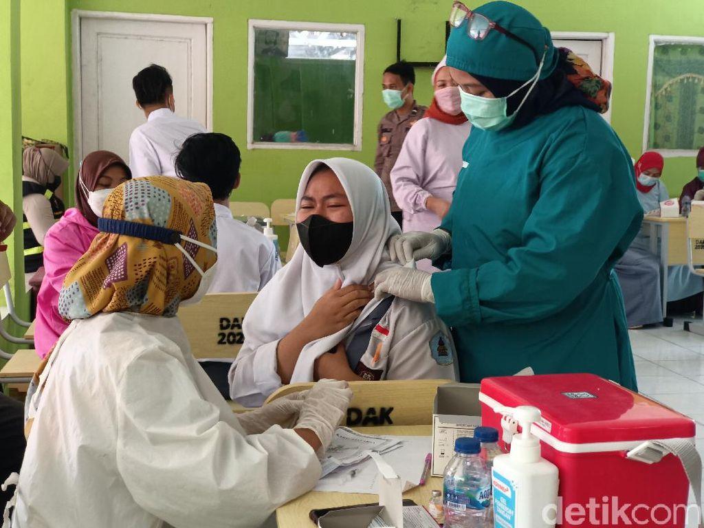 Vaksinasi Pelajar di Karawang, Stafsus Presiden: PTM Harus Segera Berjalan