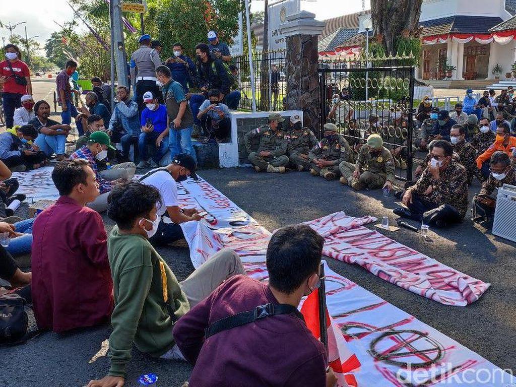 PKL-Mahasiswa di Ciamis Demo Minta Diizinkan Jualan di Alun-alun Saat PPKM