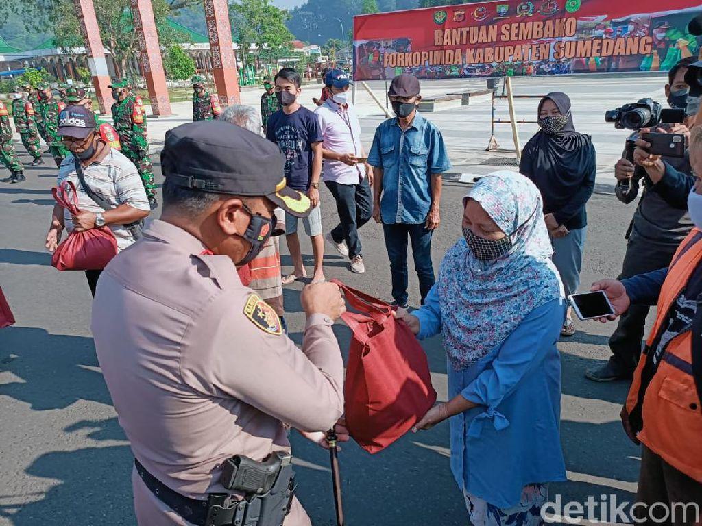 2.500 Paket Beras Sekretariat Presiden Mulai Disalurkan di Sumedang