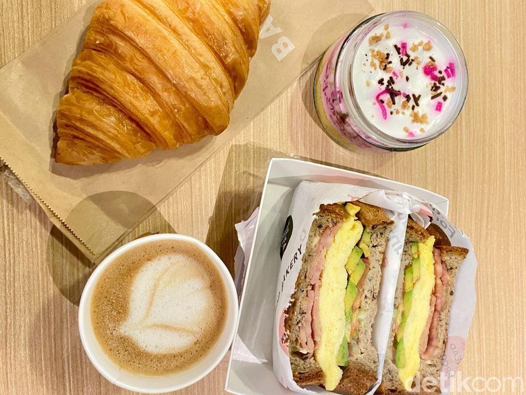 Ngopi Almond Latte dan Ngemil Cake Es Podeng Sehat di Dalam Supermarket