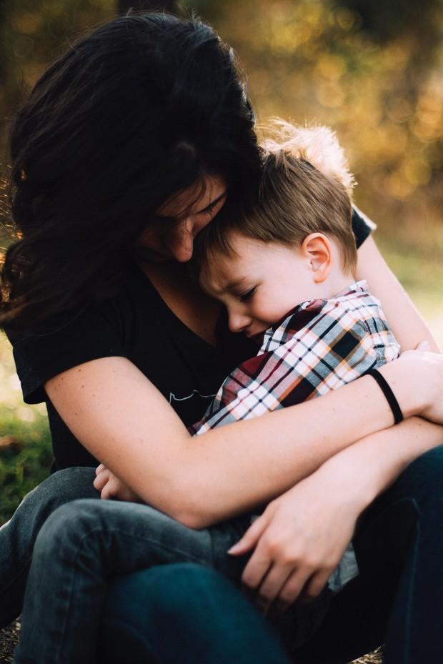 memeluk anak untuk menenangkan