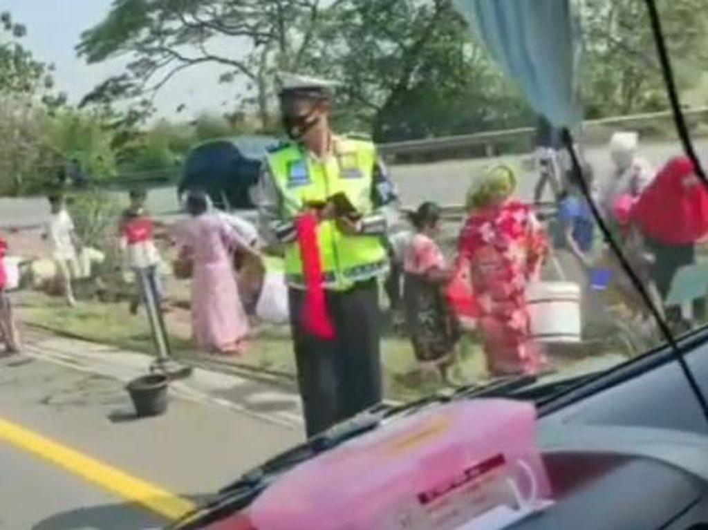 Viral Video Warga Serbu Tumpahan BBM Saat Truk Terguling di Tol Merak