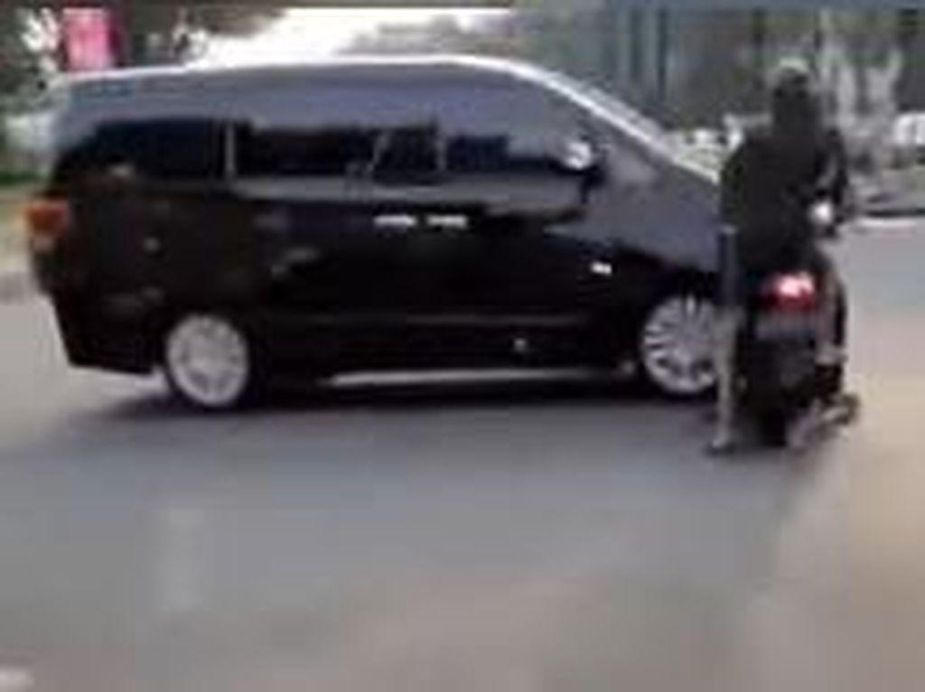Motor vs Mobil Serempetan di Perempatan, Lampu Hijau Nyala Jangan Langsung Gaspol!