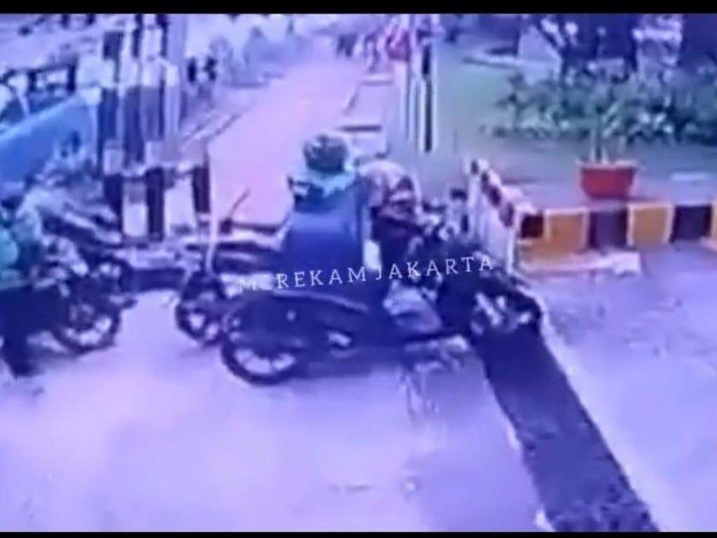Pencurian 22 Paket di Gatot Subroto, Pelaku Berjaket Ojol Terekam CCTV