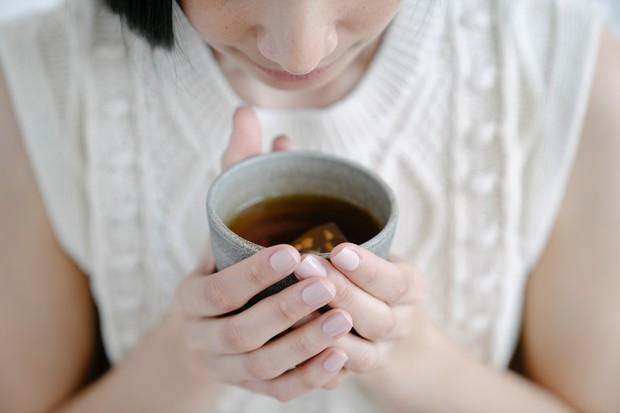Teh herbal merupakan teh dengan komposisi daun, bunga, buah, biji hingga batang dari tanaman penghasilnya.