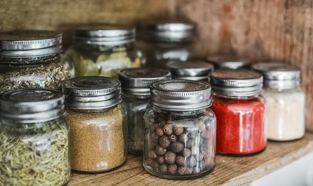 Teh herbal sebaiknya disimpan di wadah kedap udara dan berbahan kaca.