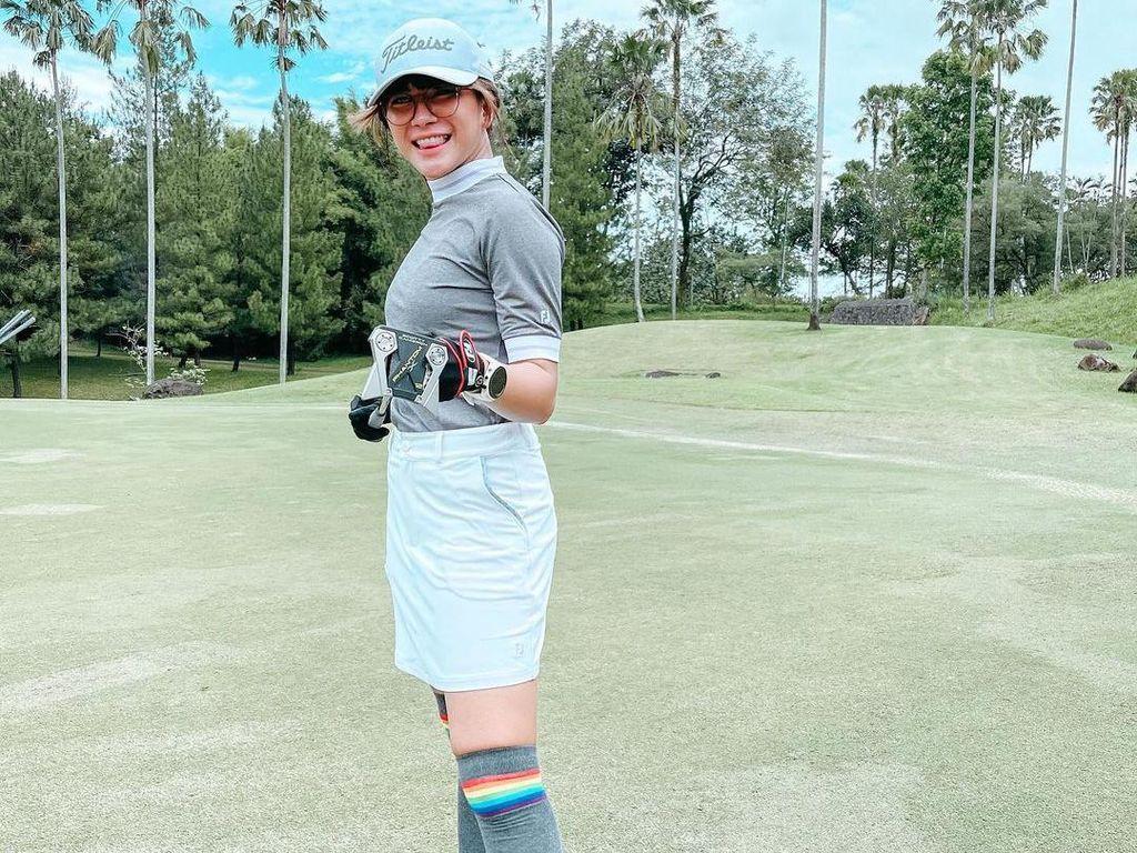 Gaya Dita Fakhrana saat Merumput di Lapangan Golf