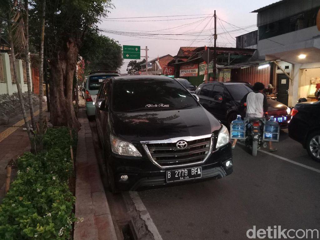 Duh! Jl Tebet Timur Macet Gegara Parkir Sembarangan sampai Viral