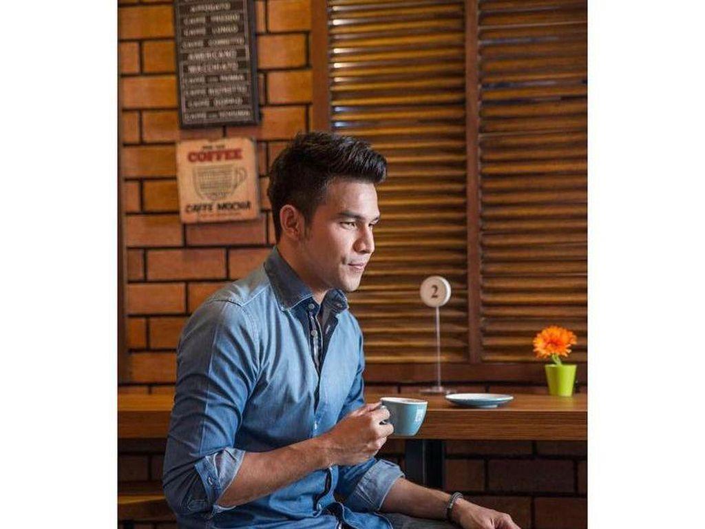 Serunya Jonathan Frizzy saat Racik Kopi Di Kafe