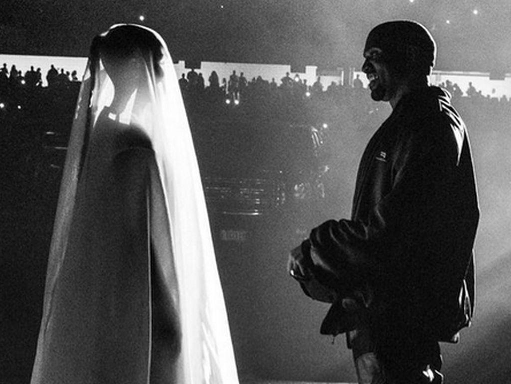 Lagi Proses Cerai, Kim Kardashian Jadi Pengantin di Konser Kanye West