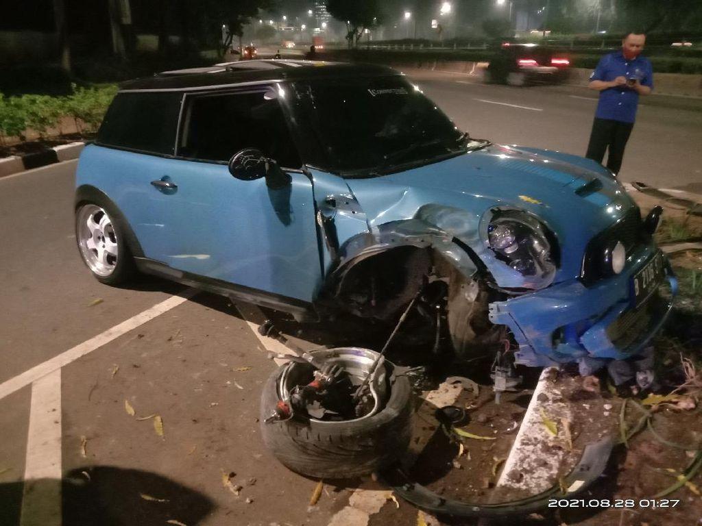 Kecelakaan Tengah Malam di Senayan, Mini Cooper Ringsek-Ban Copot