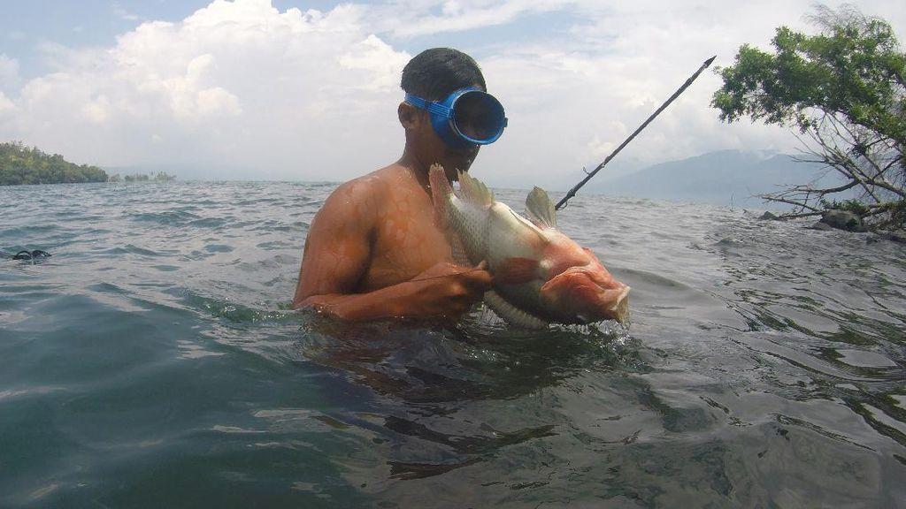 Intip Keseruan Memanah Ikan di Danau Singkarak