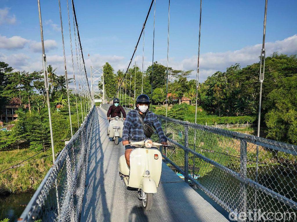 Asyiknya Keliling Kota Naik Vespa di Yogyakarta