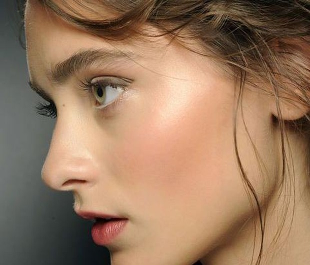 Ilustrasi penggunaan blush on  tepat di atas tulang/Pinterest.com/Glamour