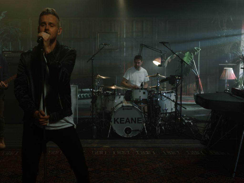 Keane Bawakan Lagu Hits Everybodys Changing di Mola Chill Fridays